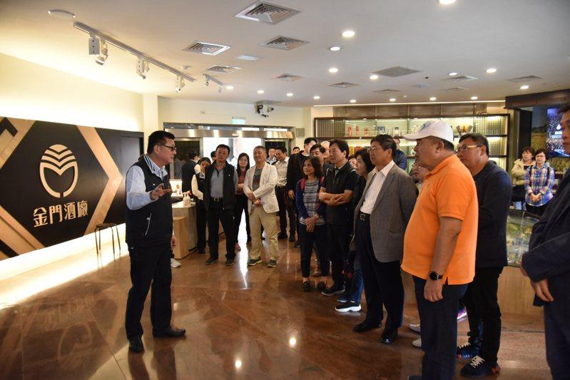 新竹縣長楊文科率團前往金門考察,並認為金門酒廠的產業鏈值得新竹學習。圖/縣府提供
