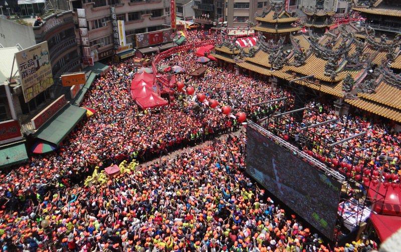 白沙屯媽祖抵達朝天宮展開進廟重頭戲三進三出,超過10萬人聚集廟前高喊「進喔!進喔!」聲音響徹雲霄,超震撼的場面,撼動每個信徒的心。記者蔡維斌/攝影