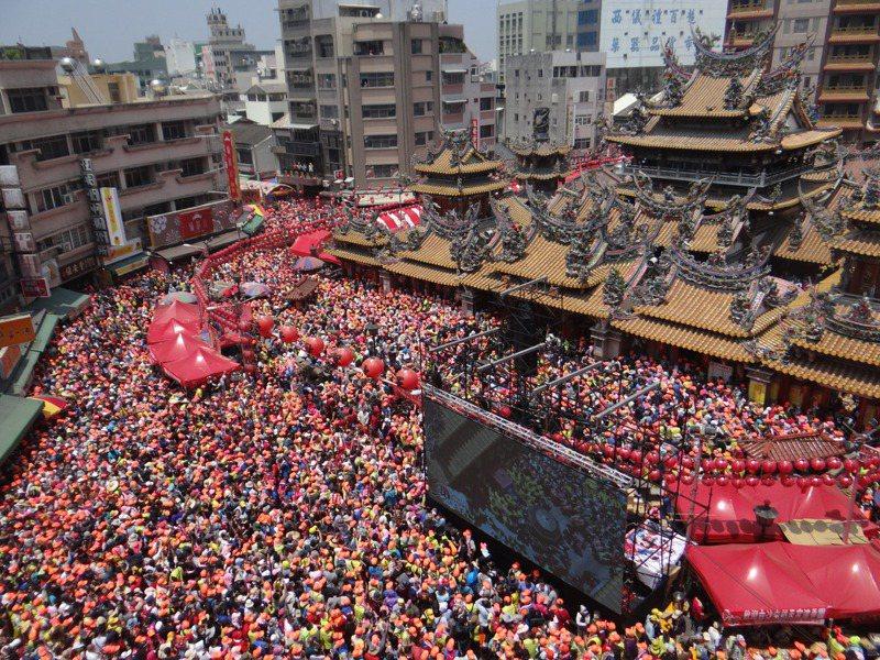 白沙屯媽祖未抵達朝天宮即有超過10萬人聚集廟前迎駕,場面壯觀。記者蔡維斌/攝影