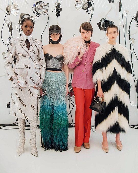 華麗的皮草披肩、袖口、裙裝設計帶來奢華風味。圖/GUCCI提供