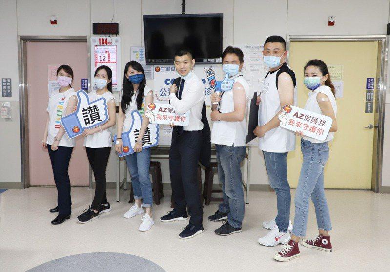 昇恆昌免稅商店總經理江建廷(中)於今日率領主管完成疫苗接種。圖/昇恆昌提供