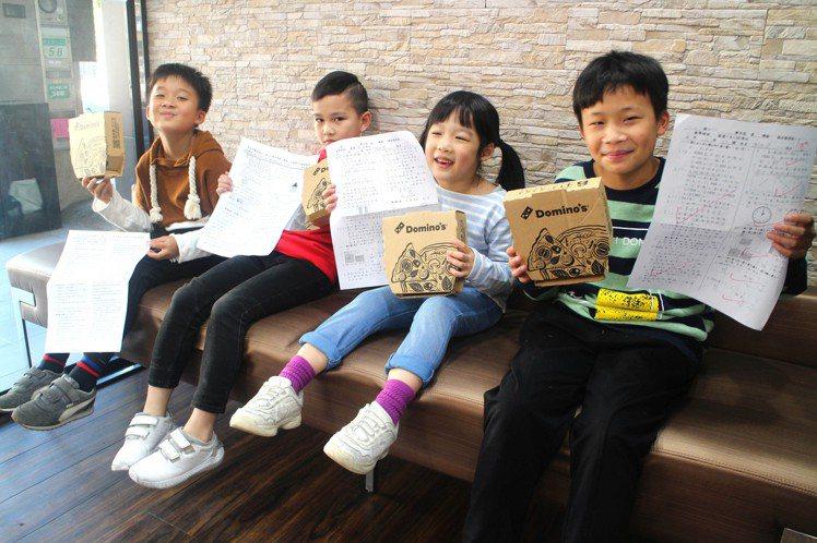 段考考100分的全國國小學童們,可免費吃披薩。圖/達美樂提供