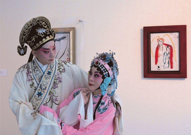 國立台灣戲曲學院京劇團小生趙揚強(左)、國光劇團花旦劉珈后,在丁衍鏞的「霸王別姬」畫作前表演,與畫作呼應。圖/亞洲大學提供