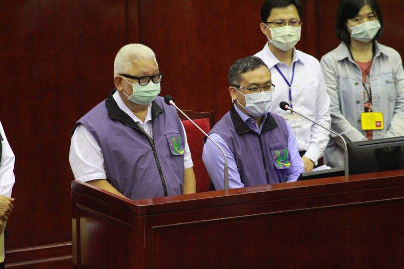 台北市長柯文哲輔選愛將劉嘉仁(左二)涉騷擾案遭懲處,轉任月薪8萬特助。記者楊正海/攝影