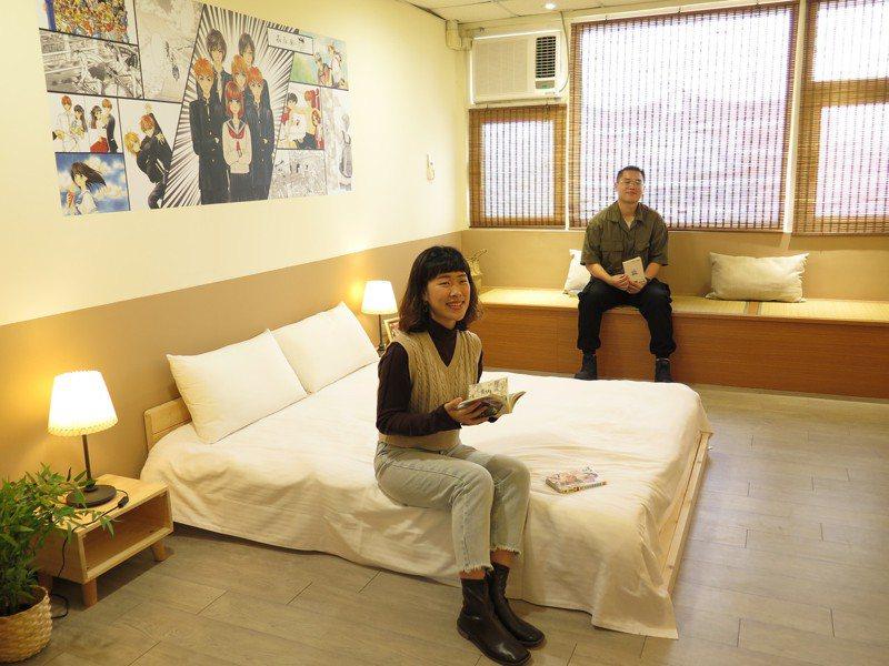 中華大學實習旅館打造紀念已故日本少女漫畫家森永愛的日本漫畫房,房間設計由與森永愛結識的建築系學生解博安(前)操刀。記者張裕珍/攝影