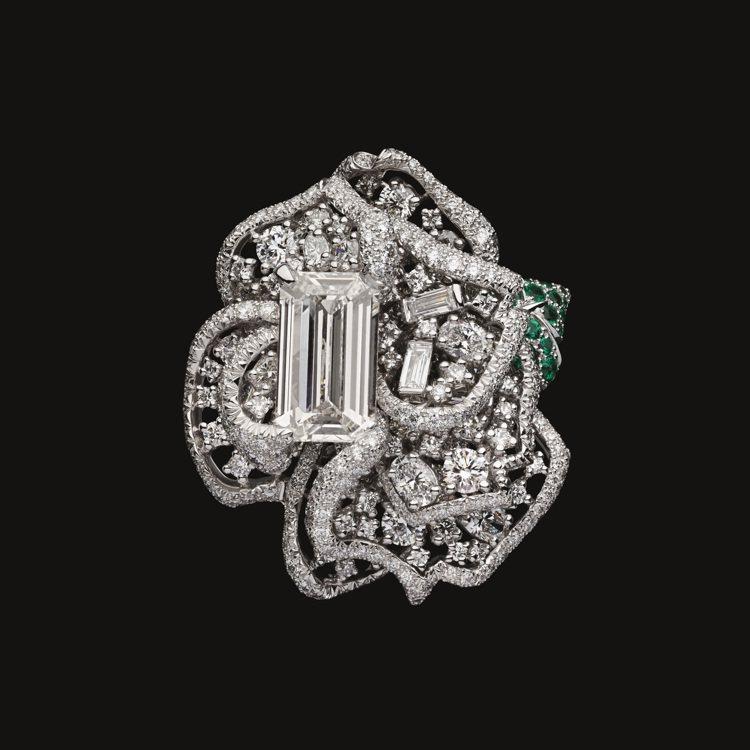 RoseDior Blanc Nacré鑽石祖母綠戒指,1,800萬元。圖/DI...