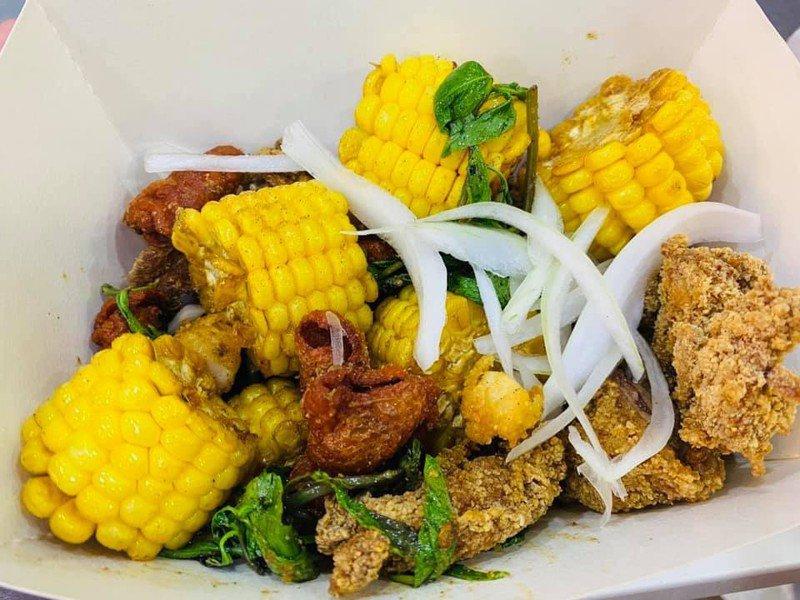 高雄市首推的「鹹酥雞嘉年華」本月24日在高雄大遠百戶外廣場展開。圖/高雄市觀光局提供