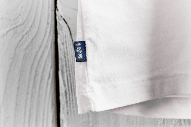 SUPERDRY新的識別「冒險魂」刺繡標籤,被運用於有機棉T恤上。圖/星裕國際提...