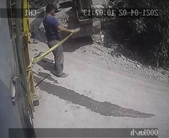 檢方今天還原事發經過,公布事發前李義祥以吊帶綁挖土機要拖拉吊卡的畫面。記者王燕華...