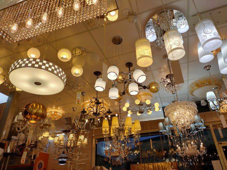 賣場不大,但燈款包羅萬象。圖/時光燈飾提供