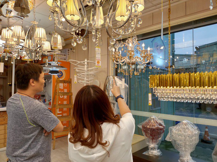 到賣場實境選燈,有燈光設計師可諮詢,選燈更安心。圖/時光燈飾提供