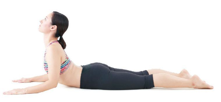 2.以雙肘支撐身體,將上半身抬起。圖/出版社提供
