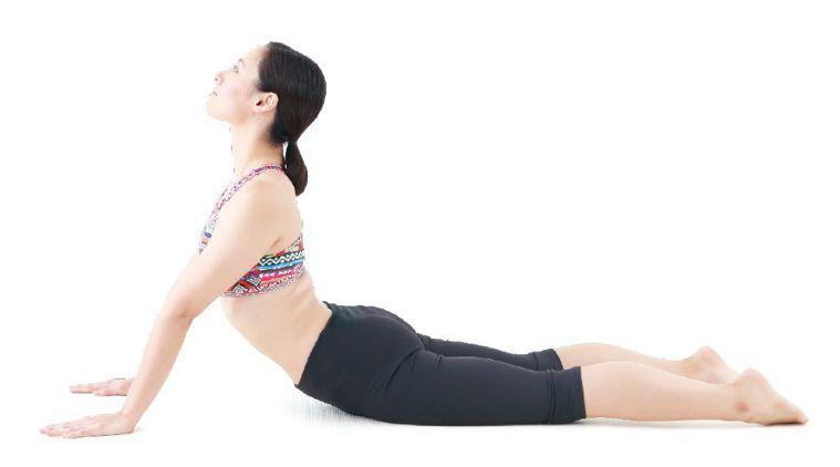 如果腰部沒有病痛,可以再挑戰這個動作。請維持1的姿勢,雙臂撐起整個上半身,讓上半...