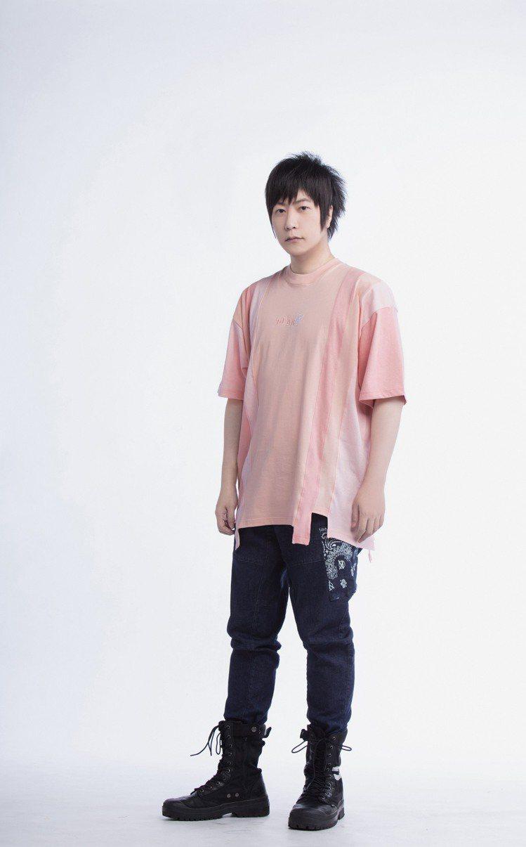 五月天阿信詮釋PLAN A春夏系列拼條寬版T恤1,480元。圖/Stayreal...
