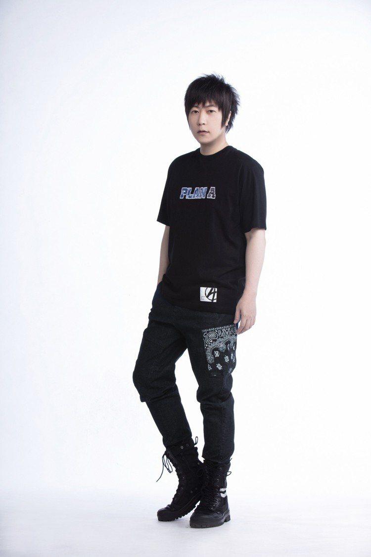 五月天阿信詮釋PLAN A春夏系列Logo T恤1,280元、錐形牛仔褲2,48...