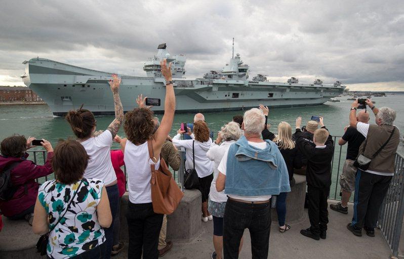 英國民眾目送皇家海軍伊麗莎白女王號航空母艦駛離樸茨茅斯基地,攝於2020年9月。伊麗莎白女王號航艦戰鬥群5月底首航就到印太,將避開台灣海峽航路以避免觸怒中國。路透/PA