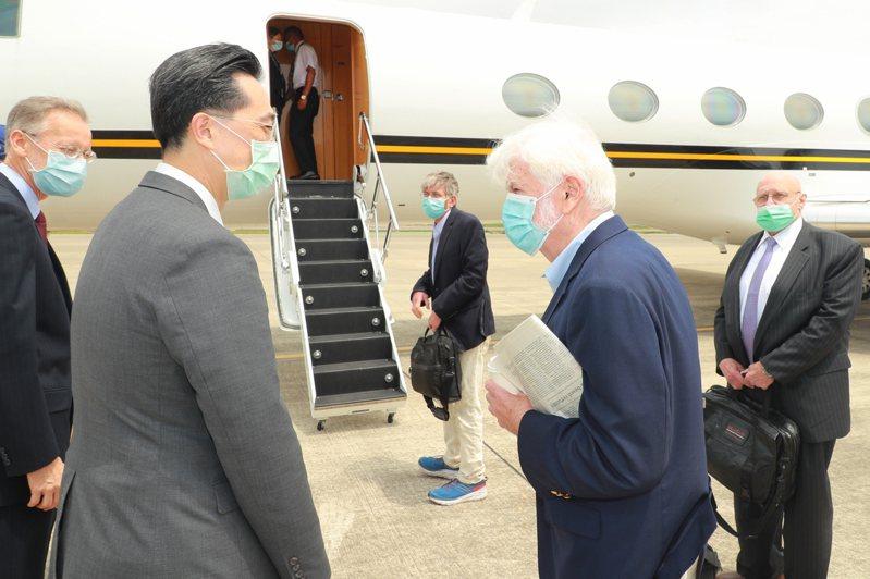 陶德(右二)、阿米塔吉(右一)及史坦伯格(中)今天搭乘美國專機離台,外交部北美司司長徐佑典(左二)及美國在台協會台北辦事處處長酈英傑(左一)前往機邊送機。圖/外交部提供