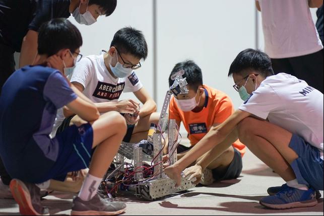 參加FTC的同學在賽前認真檢查、測試自己的機器人。圖/鴻海提供