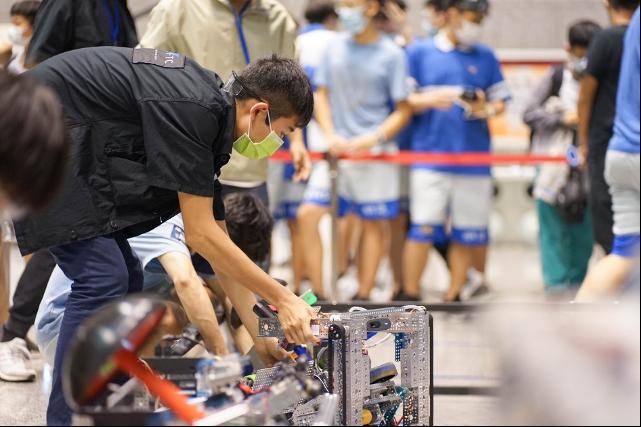FTC裁判審視參賽的機器人。圖/鴻海提供