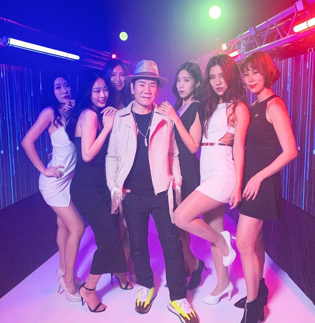 趙傳(中)新歌「老不休」MV坐擁6名辣妹。圖/旋風音樂提供