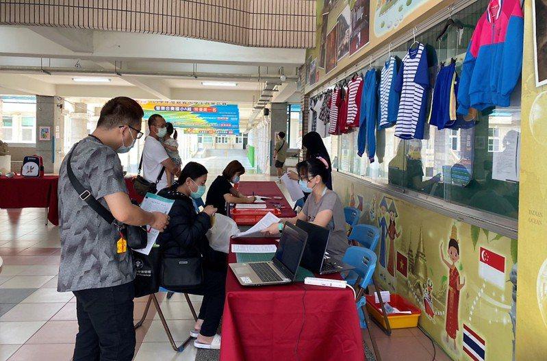 嘉義市嘉北國小今天新生報到超過150人,明天報到後,預估新生總數超過250人,新學年一年級上看10班,比去年多一班。記者卜敏正/攝影