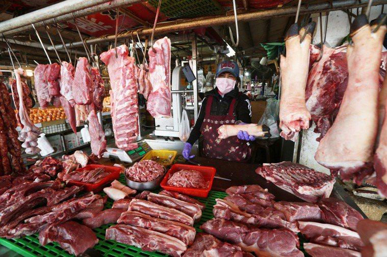 含瘦肉精「萊克多巴胺」美國豬肉已經公告開放進口,但各地傳統市場肉攤紛紛掛出國產台...