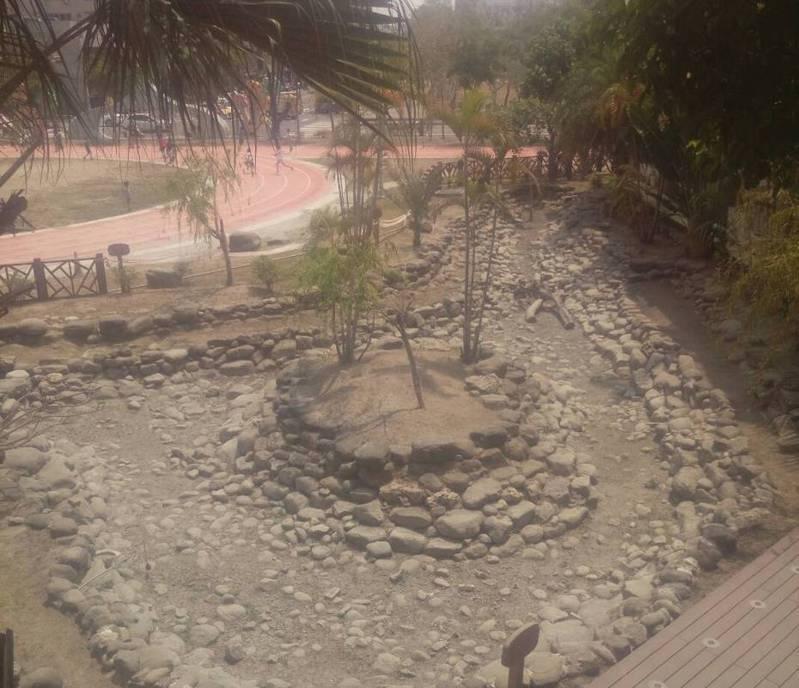 久旱不雨,台南市安平區新南國小生態池已枯乾。記者鄭惠仁/攝影