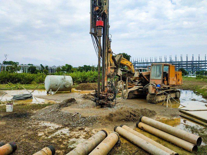 中部地區水情吃緊,台中市政府在中央公園要開鑿12口民生用水井,初估一天可供水1.2萬噸,目前已完成第一口觀測井。圖/台中市建設局提供