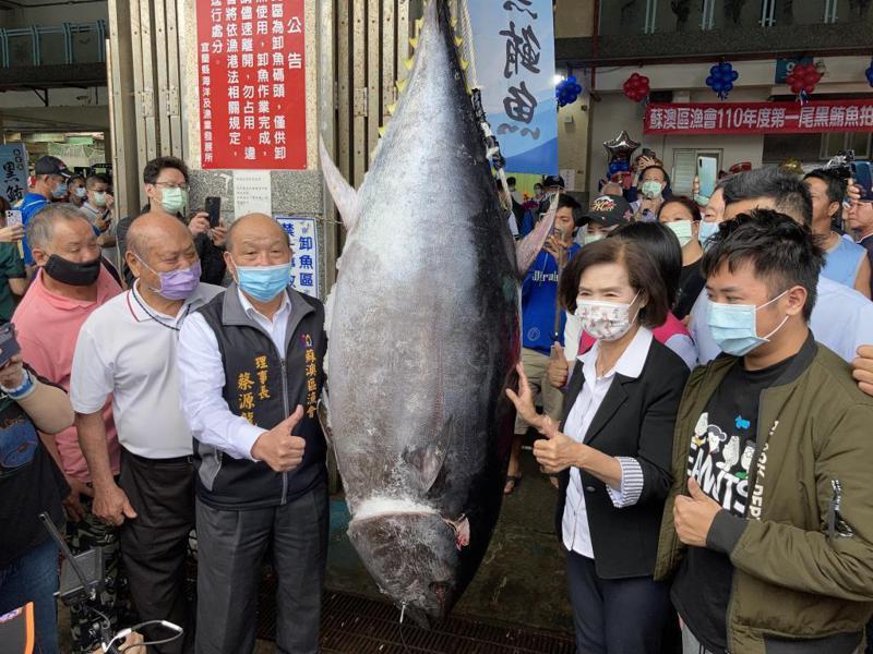 「宜蘭第一鮪」重183公斤,以近152萬元拍出。 圖/宜蘭縣政府提供