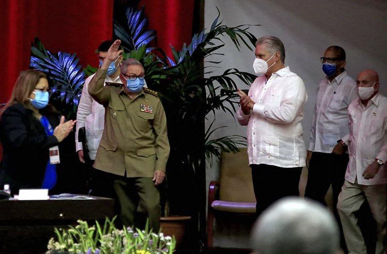古巴共產黨第八次全代會16日登場,第一書記勞爾卡斯楚(左)在開幕式上向全體代表揮手致意,身旁鼓掌者則是總統狄亞士-卡奈。法新社