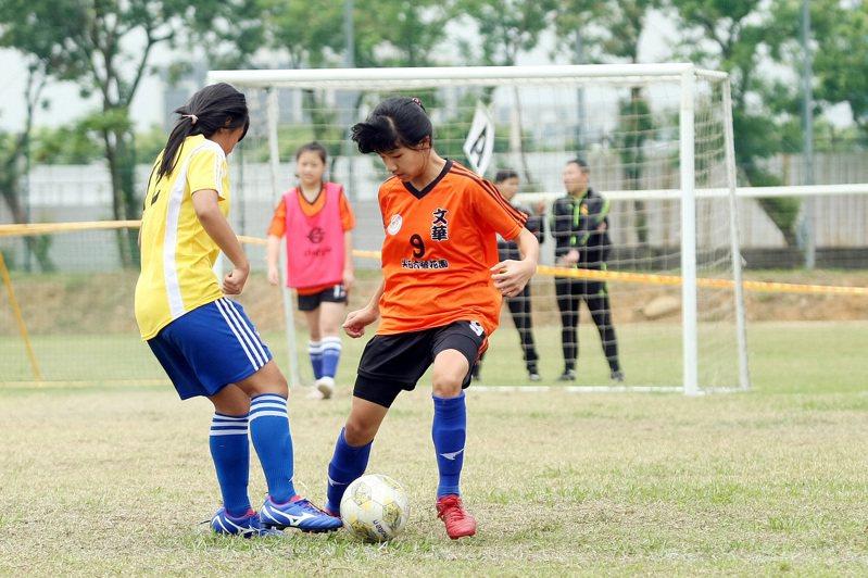 文華國小陳芃蓁(右)展現過人球技。圖/迷你足球協會提供