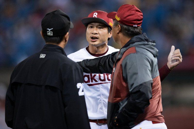樂天桃猿隊賴鴻誠使用止滑粉被警告,退場時與三壘審爭執。記者季相儒/攝影