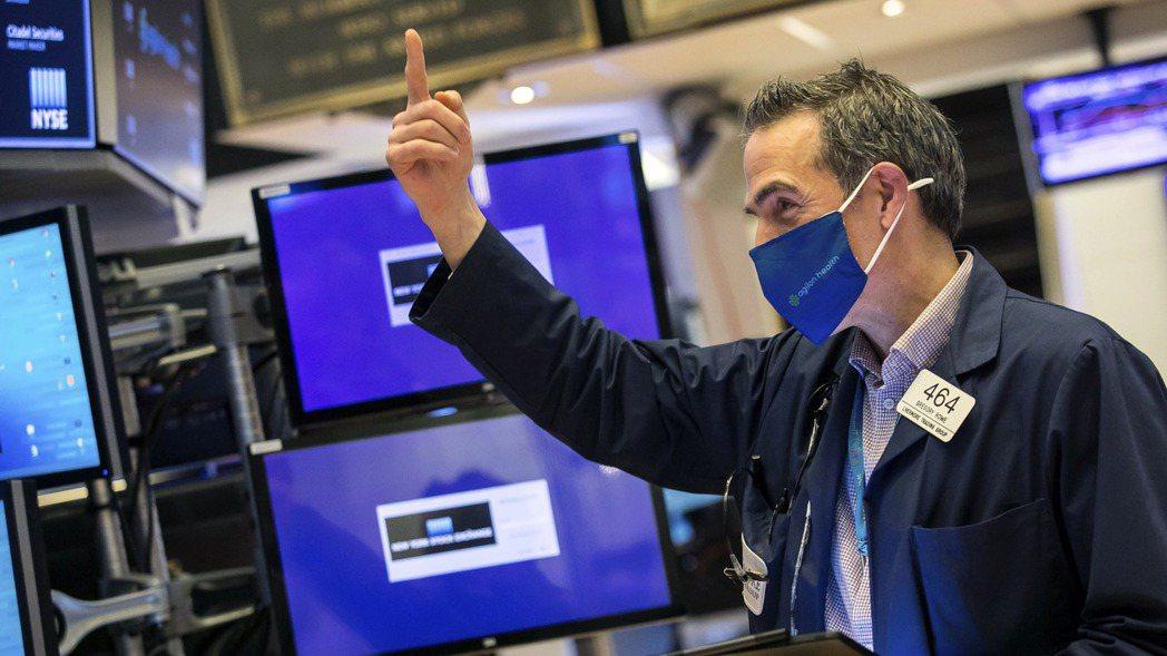 美國道瓊工業股價指數15日收盤破天荒站上34,000點,改寫新高紀錄。(美聯社)
