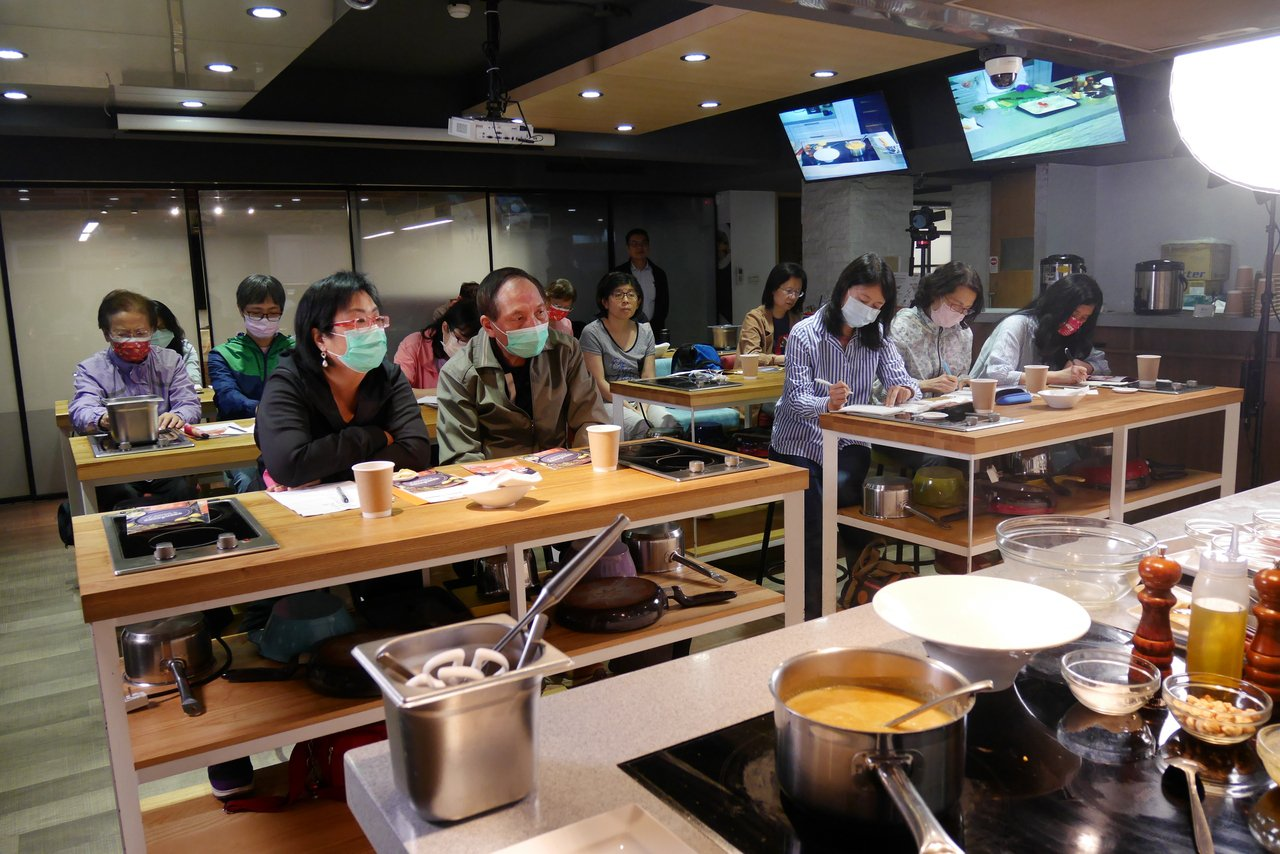 「營養師的廚藝課」小班教學,學員可跟主廚與營養師深入交流。記者陳軍杉/攝影