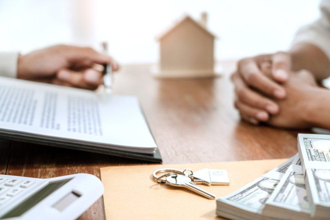 一名網友PO文提到,他發現若自己一人住,租一萬多的套房就差不多,並認為買房子還要...