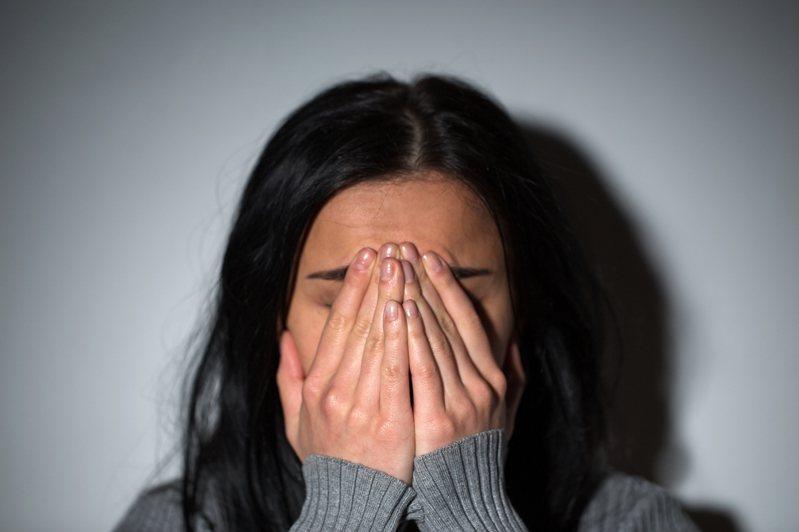 中國文化大學一名女學生傳凌晨在校內遭一名男子攻擊,男子持不明黑色袋子朝女學生丟,害女學生跌倒身上多處挫傷。圖為示意圖,非新聞當事人。 圖片來源/ingimage