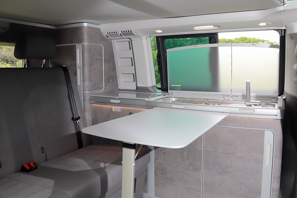 福斯商旅T6.1 California Ocean擁有兩個烹飪瓦斯爐、冰箱以及水...
