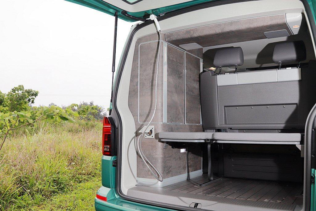 福斯商旅T6.1 California Ocean車尾額外提供一個外接式沖洗裝置...