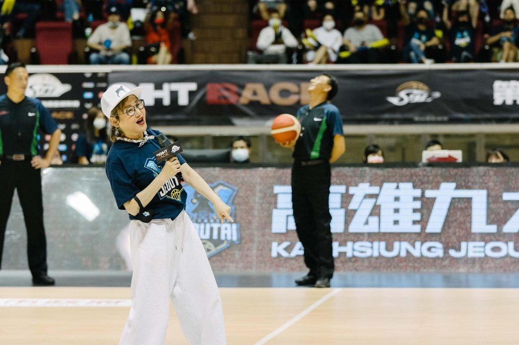 藍心湄南下高雄為好友球隊加油打氣並開球。圖/九太科技提供
