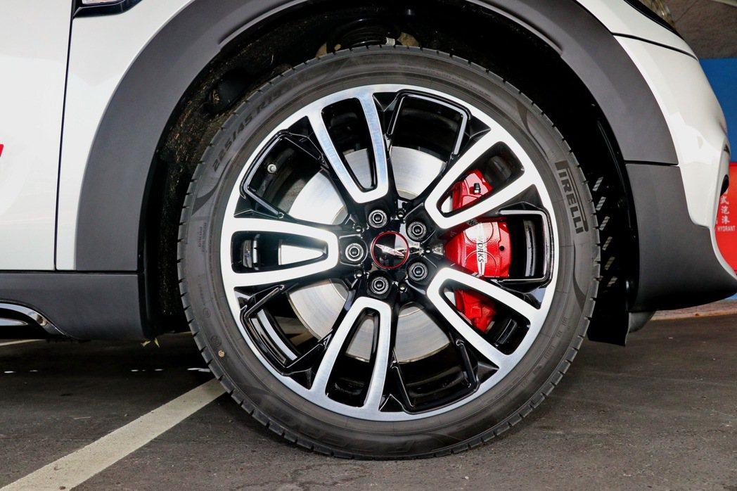 19吋輪圈搭配Chili Red塗裝的前四活塞固定式Brembo煞車卡鉗。 記者...