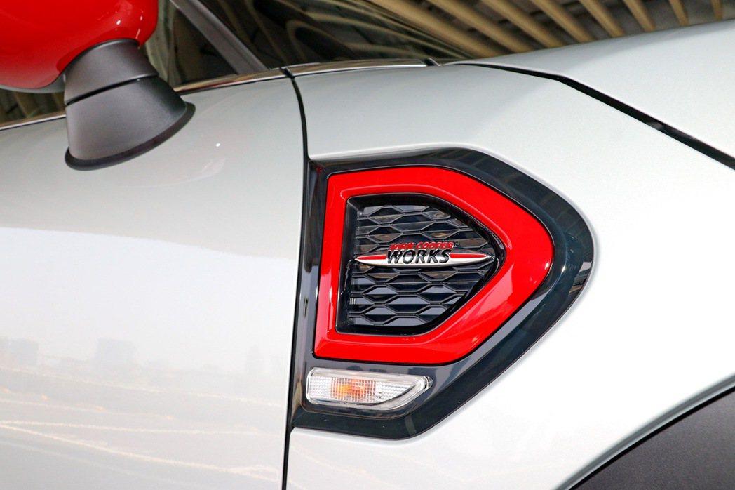 車側葉子板後方箭型飾板除了整合方向燈外,也有JCW徽飾彰顯身分。 記者陳威任/攝...
