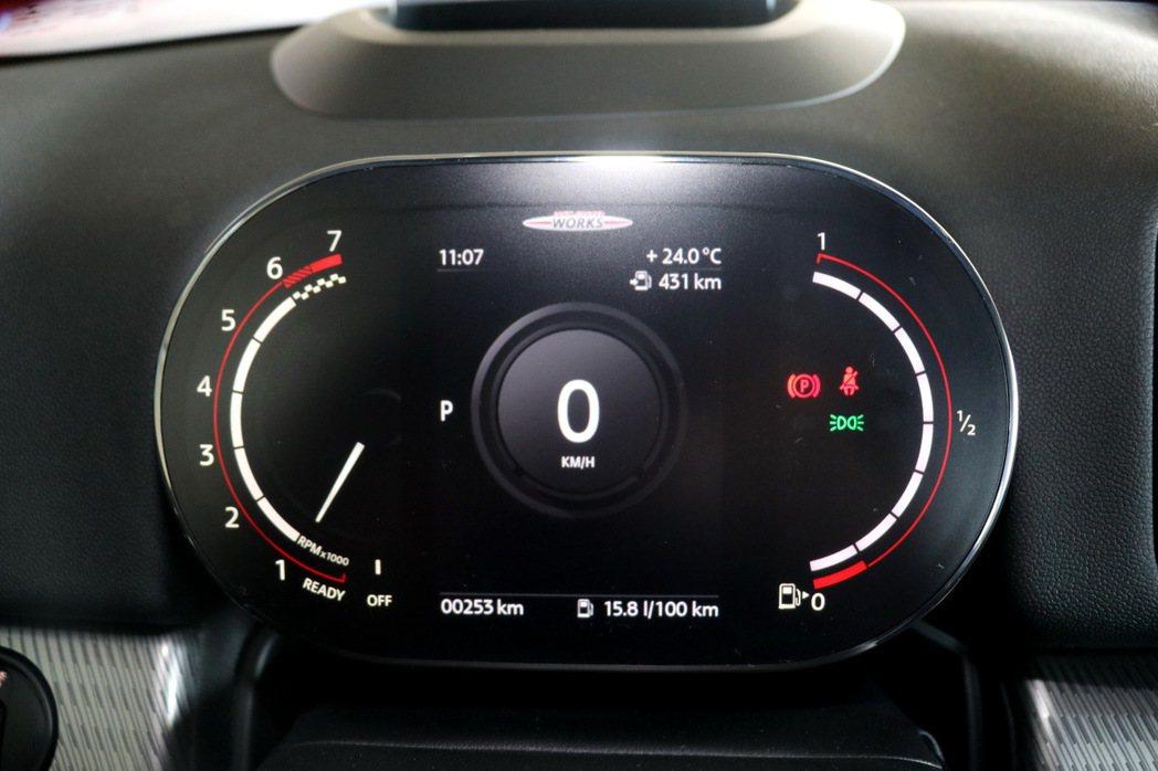 升級MINI整合式數位儀表,簡約且充滿現代感的介面設計,清晰呈現車速、油量、里程...