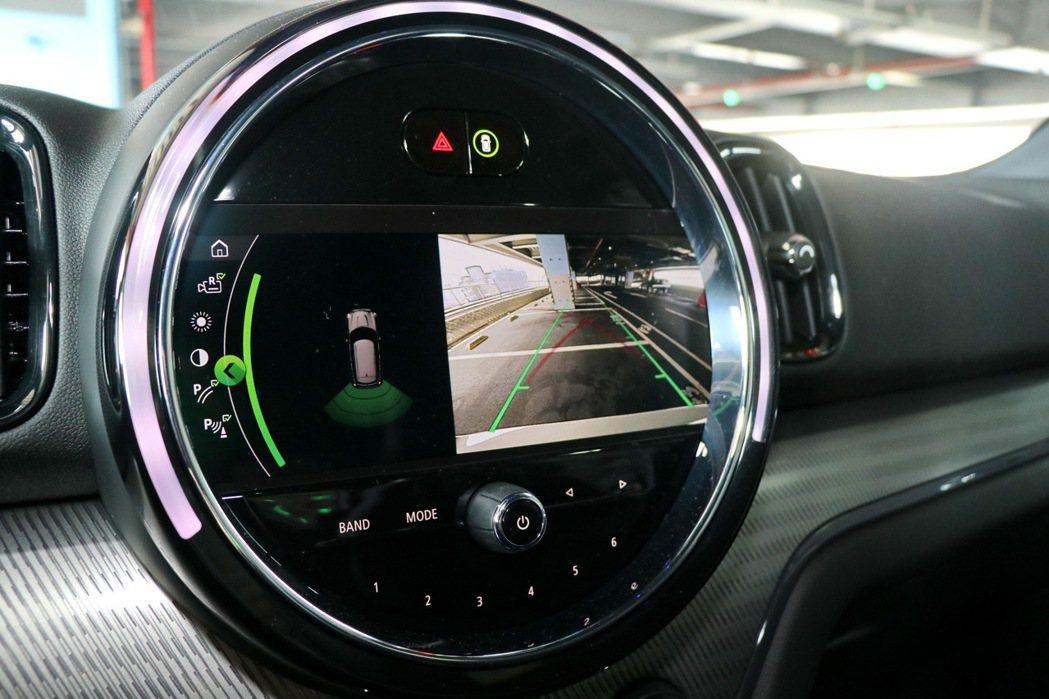 8.8吋繁體中文觸控螢幕提供倒車顯影功能。 記者陳威任/攝影