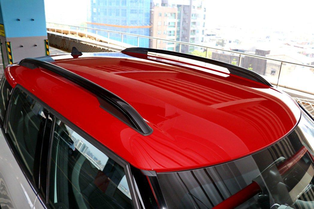 2-Tone的紅色車頂、行李架。 記者陳威任/攝影