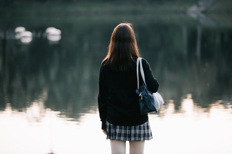 日本東京都八王子市1間超巿於1995年發生槍擊案,釀成3名女職員斃命,其中2人更是正值花樣年華的高中女生,卻遭兇手以膠紙綁起雙手及封嘴,疑近距離1槍轟頭斃命,手法極度兇殘。示意圖,非新聞當事人。圖/Ingimage