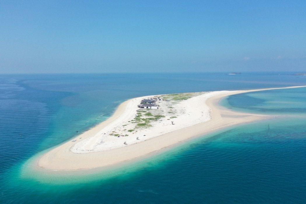 東海無人島澎澎灘擁有潔白沙灘與漸層大海,更是被稱為台版馬爾地夫。 KLOOK /...