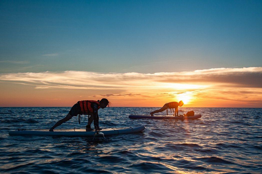在夕陽下與日出時航行更添美感。 KLOOK /提供