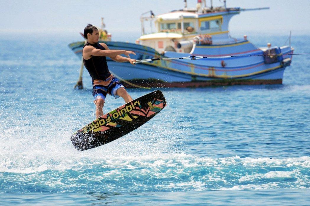 透過寬板滑水體驗站在浪頭上隨時失速的驚險。 KLOOK /提供