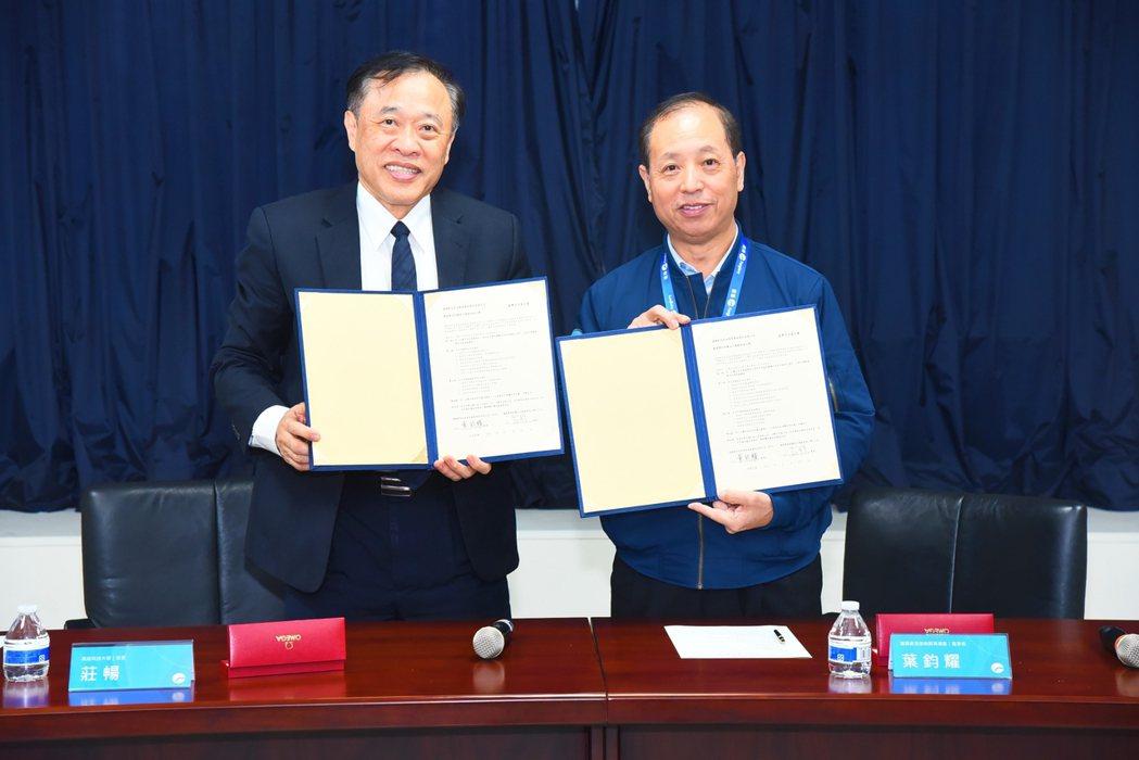 遠雄自貿港區董事長葉鈞耀(右)與萬能科大校長莊暢,代表雙方簽署產學合作意向書。 ...