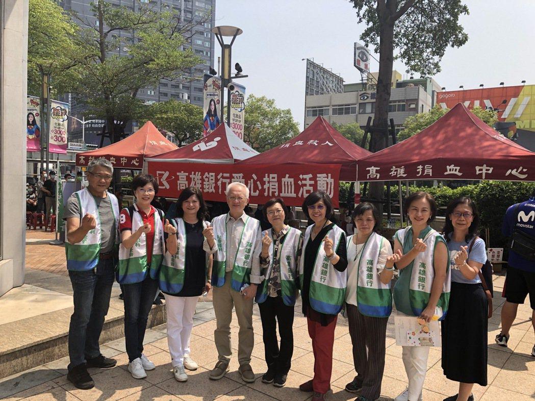 高雄銀行董事長董瑞斌(左四)偕同夫人(中間)及同仁出席活動。高銀/提供。